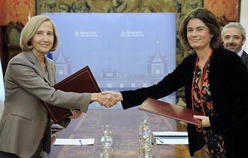 La secretaria de Estado de Justicia y la presidenta de la Fundación ANAR, en la firma del convenio. (Foto Ministerio)