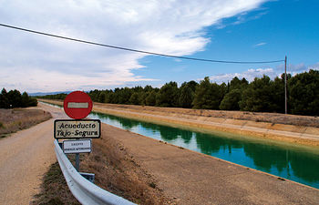 Según la Ley del Trasvase, la cuenca cedente, en este caso Castilla-La Mancha, tiene prioridad sobre la cuenca receptora. Foto del trasvase Tajo-Segura a su paso por Albacete.