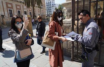 Coronavirus- Turistas en las puertas del El Alcázar de Sevilla, cerrado de forma indefinida por el coronavirus. Foto: Europa Press 2020