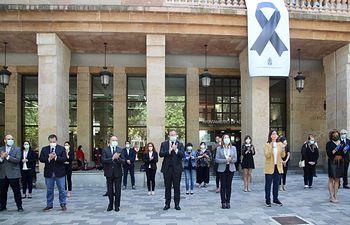La Corporación municipal guarda un emotivo minuto de silencio por las víctimas de la pandemia del Covid-19.