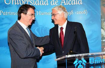 El presidente de Castilla-La Mancha, José María Barreda, en una imagen de archivo, con el rector de la Universidad de Alcalá de Henares, Juan Fernando Galván, el pasado 19 de abril.