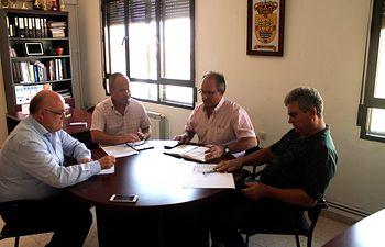 Reunión entre el delegado provincial de la Junta, Pedro Antonio Ruiz Santos; el alcalde de Albatana, Francisco José Mansilla Pérez; el teniente alcalde, José Ortiz Barba y el secretario del Consistorio, Federico Barba Múñoz.
