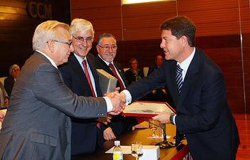 El presidente de Castilla-La Mancha, José María Barreda, entrega un Diploma de reconocimiento al mérito a la donación al alcalde de Toledo, Emiliano García-Page.