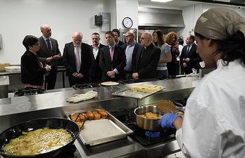 Emiliano García-Page realiza una visita a las instalaciones de la Escuela de Hostelería 'El Sembrador' de Cáritas.