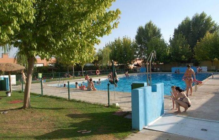 El ayuntamiento prolonga la temporada de piscinas for Piscina santa teresa albacete