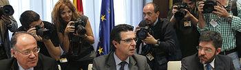 José Manuel Soria junto a los asistentes a la reunión (Foto: EFE)