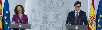 La ministra de Hacienda y portavoz del Gobierno, María Jesús Montero, y el ministro de Sanidad, Salvador Illa, en la rueda de prensa telemática, posterior al Consejo de Ministros. Foto: fotobpb