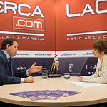 Francisco Núñez, presidente provincial del Partido Popular de Albacete, junto a la periodista Miriam Martínez, en una entrevista realizada en el plató de las instalaciones de La Cerca TV.