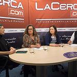 Manuel Lozano, director del Grupo La Cerca, junto a unas invitadas en una de las Tertulias semanales que se emiten en La Cerca TV.