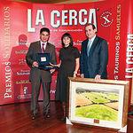 Isabel Rodríguez, en nombre de José María Barreda, recogió los premios de manos de presidente de las Cortes regionales, Francisco Pardo (d), y del subdelegado del Gobierno en Albacete, Manuel González Ramos(i).