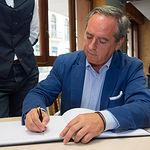 Ángel Nicolás, presidente de la Confederación de Empresarios de Castilla-La Mancha (CECAM), firmando en el Libro de Honor del Grupo Multimedia de Comunicación La Cerca.