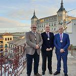 De izquierda a derecha, Ángel Ramírez Ludeña, secretario General de la Academia; José María San Román Águila, presidente de la Academia; y Adolfo Muñoz, tesorero de la Academia.