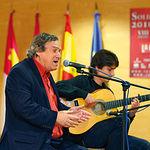 El cantautor Manuel Gerena, durante una actuación en uno de los Premios SOLIDARIOS del Grupo Multimedia de Comunicación La Cerca. Archivo.