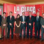 Los galardonados, junto a otras autoridades que entregaron los premios, el pintor que realizó las obras y el director de La Cerca, en una foto de familia con motivo de la entrega de la VI edición de los Premios Solidarios.