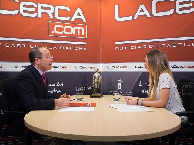 Francisco Javier Carmona, director general de Desarrollo Rural de Castilla-La Mancha, junto a la periodista Miriam Martínez.