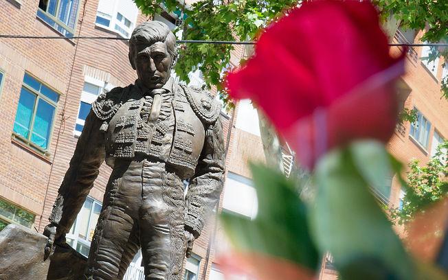 Ofrenda de Flores en la estatua de Dámaso González en Albacete