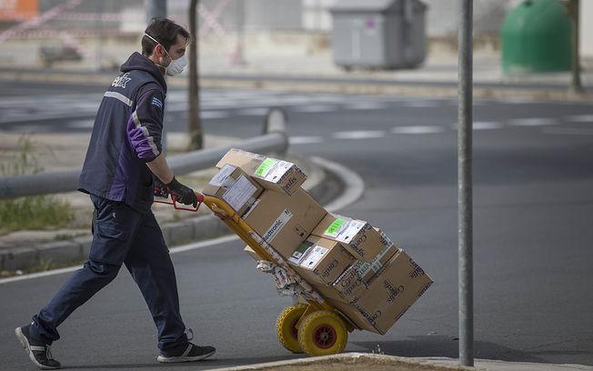 Coronavirus- Un trabajador de una empresa de reparto. Foto: Europa Press 2020