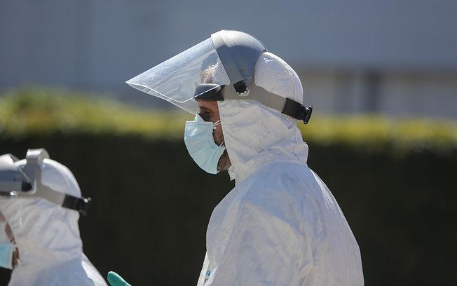 Coronavirus - Bombero desinfectado ambulancias. Foto: Europa Press 2020